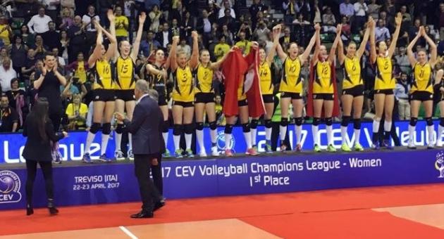 Şampiyona madalyaları TVF Başkanı Üstündağ'dan