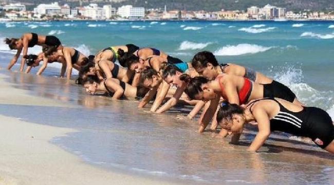 Karşıyaka'ya plajda kondisyon yüklemesi