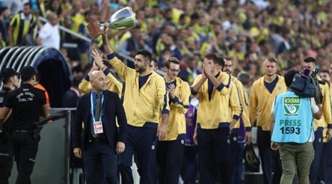 Şampiyonlar Kupası'nı Kazanan Fenerbehçe Taraftarı Selamladı