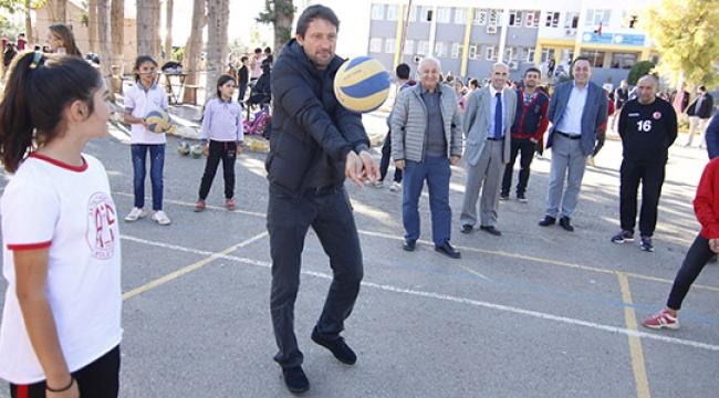 Antalyaspor Teknik Direktörü Leonardo çocuklarla voleybol oynadı