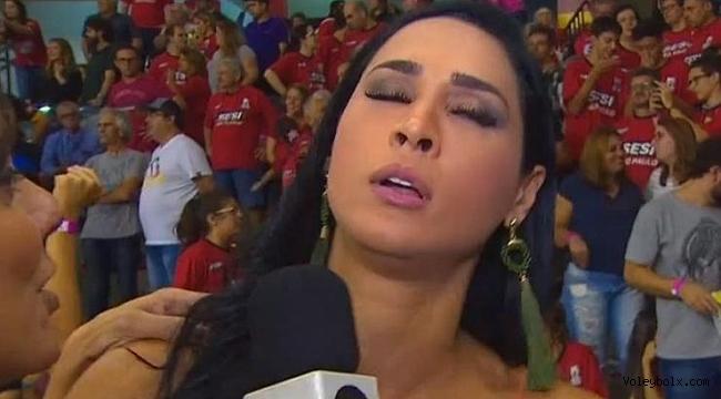 Seksi voleybolcu Jaqueline Carvalho, röportaj esnasında bayıldı!