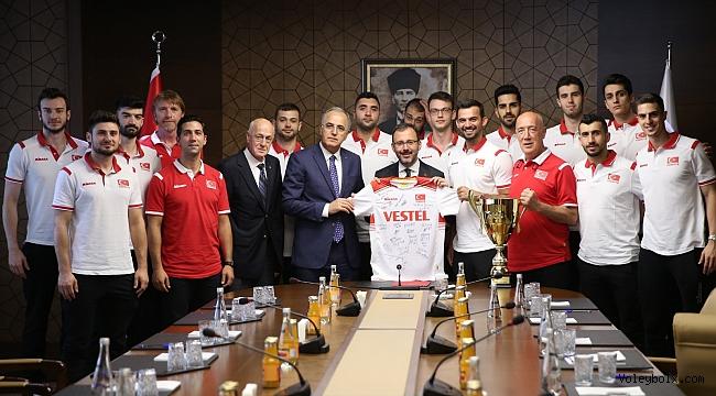 Bakan Kasapoğlu, Şampiyon A Milli Erkek Voleybol Takımımızı Kabul Etti.
