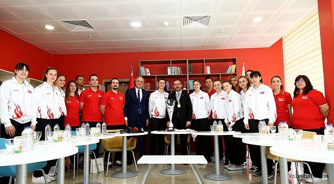 Bakan Kasapoğlu, Şampiyon U16 Kız Voleybol Milli Takımımız ile Bir Araya Geldi