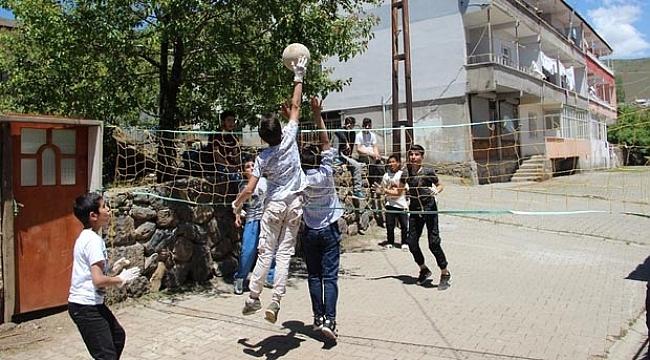 İnşaat ipini file yapan çocuklar, futbol topuyla voleybol oynadı
