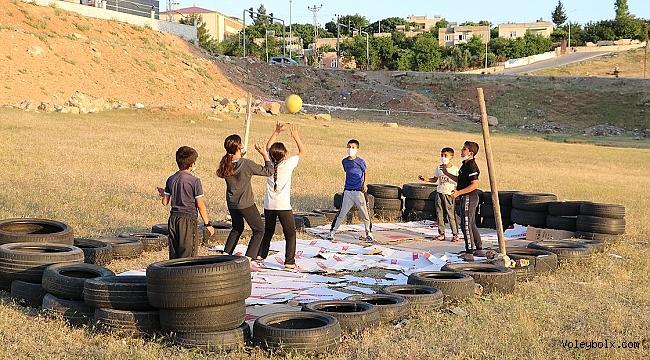 Lastiklerden yaptıkları sahada voleybol oynuyorlar