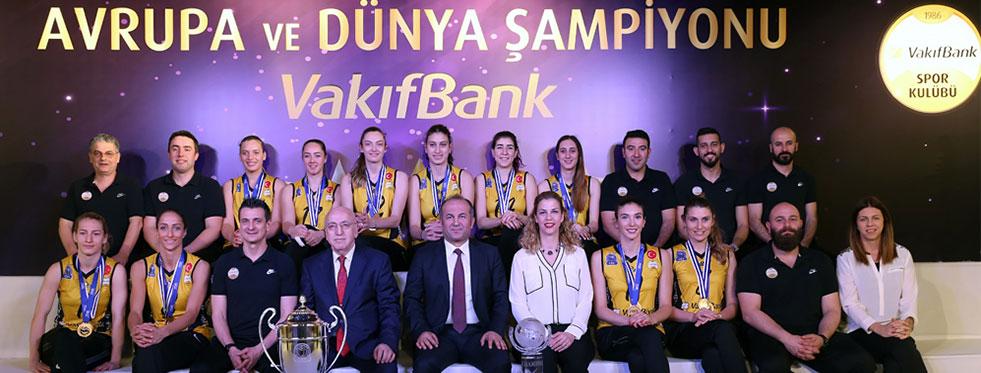 Avrupa ve Dünya Şampiyonu VakıfBank  kupalarıyla basın karşısında