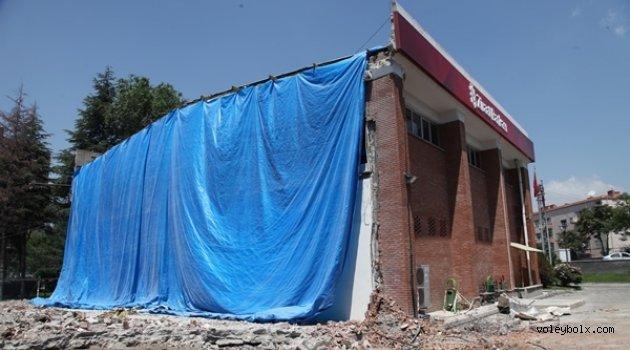 Ziraat Bankası duvarları yıktı